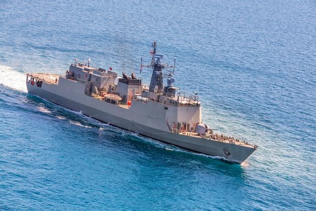 Wojskowe marynarki wojennej statki w dennej zatoki widoku od helikopteru