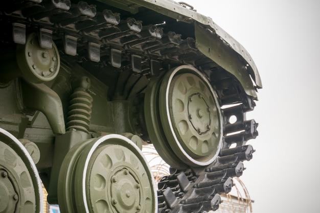 Wojskowy czołg w mieście