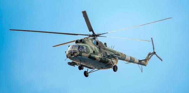 Wojskowy helikopter na misji na tle nieba.