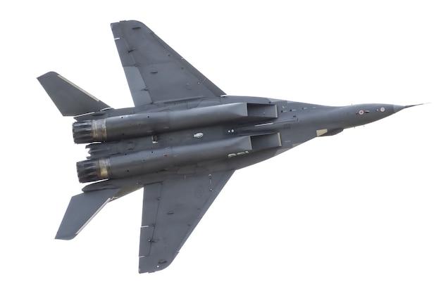 Wojskowy myśliwiec leci na niebie