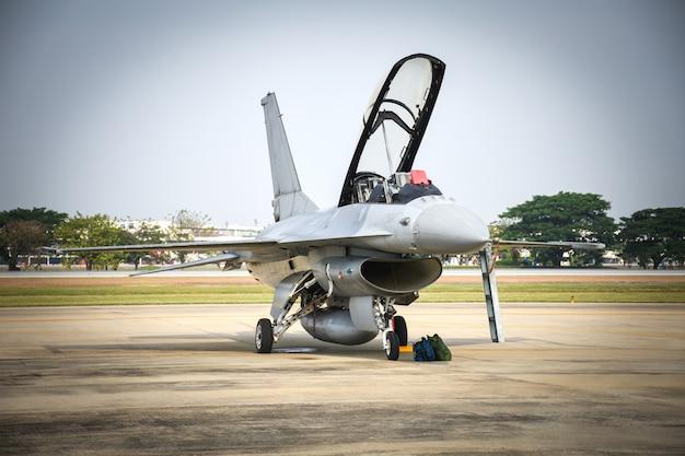 Wojskowy myśliwiec zaparkowany w lotnictwie.
