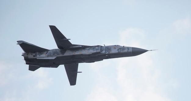 Wojskowy samolot myśliwski ze zmiennym skrzydłem zamiatania na tle nieba.
