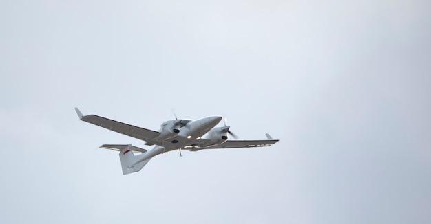 Wojskowy samolot rozpoznawczy, dwusilnikowy, pojedynczy, na tle nieba. zbliżenie.