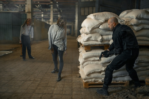 Wojskowy ukrywa się przed zombie w opuszczonej fabryce. horror w mieście, przerażające czołgi, apokalipsa końca świata, krwawe złe potwory