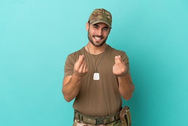 Wojskowy z nieśmiertelnikiem na białym tle na niebieskim tle gest zarabiania pieniędzy