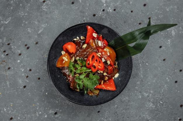 Wok wołowy. tradycyjna chińska mongolska wołowina smażona w chińskim woku żeliwnym