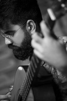 Wokalista występujący z gitarą