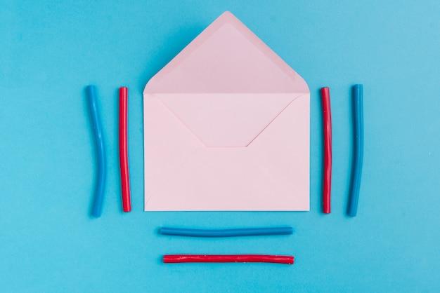Wokół papierowa koperta i kolorowa lukrecja