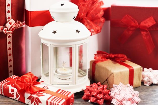Wokół zimowa latarnia pełna prezentów