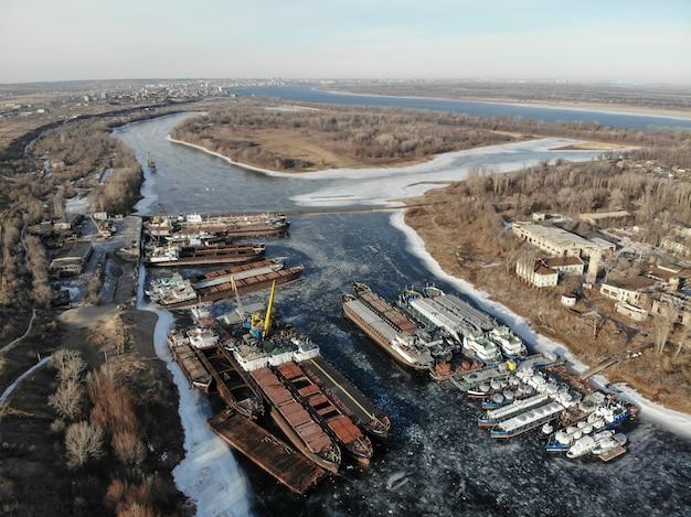 Wołga. zimujące statki na zamarzniętej rzece. na molo jest wiele statków. wołgograd. rosja