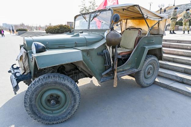 Wołgograd, rosja - 30 maja 2021: pojazd wojskowy, stary pojazd wojskowy z ii wojny światowej na ulicy miasta pokryte śniegiem. sowiecki napęd na cztery koła z ii wojny światowej.
