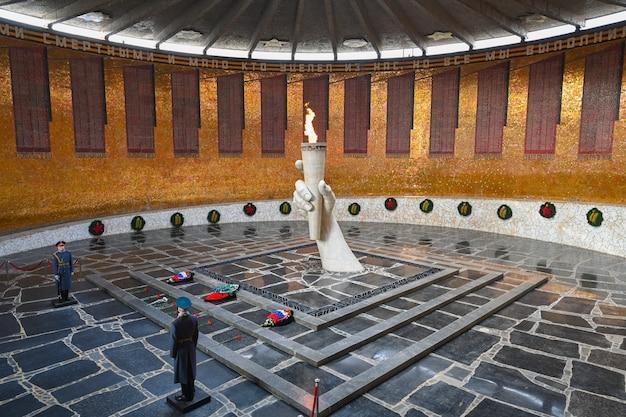 Wołgograd, rosja - 30 maja 2021: wieczny płomień. gwardia honorowa w sali chwały wojskowej bohaterom bitwy pod stalingradem na mamayev kurgan w wołgogradzie.