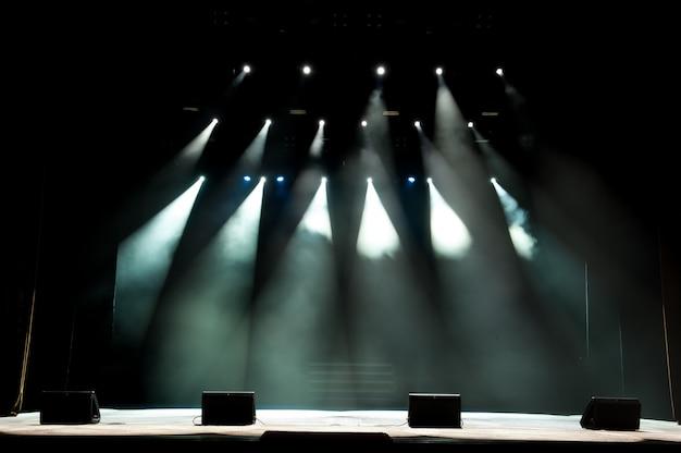 Wolna scena ze światłami, światło z kolorowymi reflektorami i dymem.