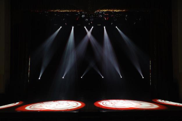 Wolna scena ze światłami, tło pustej sceny, reflektor, światło neonowe, dym.