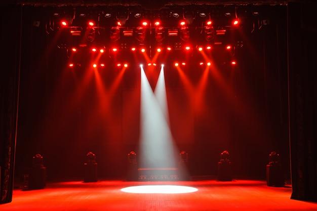 Wolna scena ze światłami, urządzeniami oświetleniowymi. nocny pokaz.