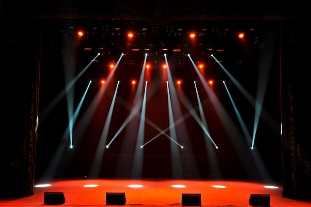 Wolna scena ze światłami, urządzeniami oświetleniowymi. tło.