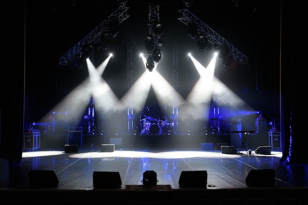 Wolna scena ze światłami, urządzeniami oświetleniowymi. za darmo.