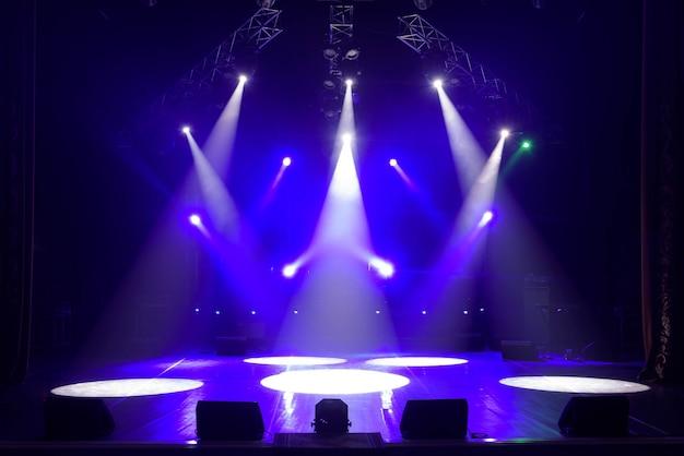 Wolna scena ze światłami, urządzeniami oświetleniowymi.