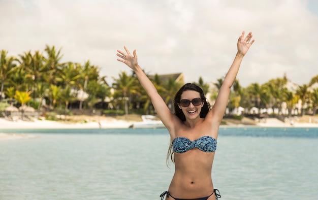 Wolna szczęśliwa kobieta z otwartymi ramionami na morzu. wyspy mauritiusa.