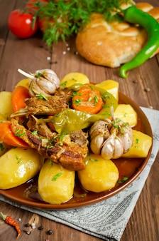Wolno gotowany gulasz z delikatnym mięsem jagnięcym, ziemniakami i warzywami