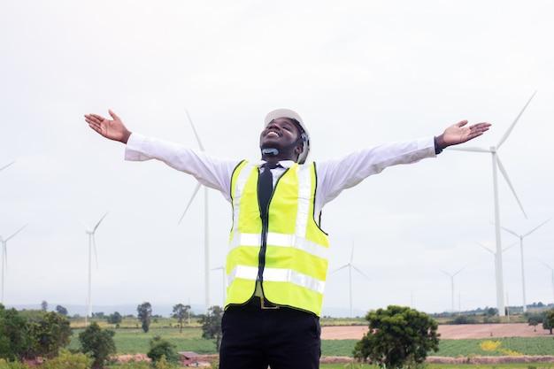 Wolność afrykańskiego inżyniera mężczyzna pozycja z turbiną wiatrową