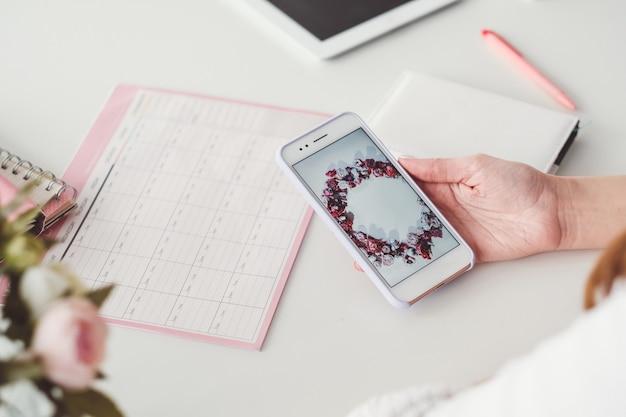 Wolność freelancera. praca w domu. styl życia blogera. kobieta robi zdjęcia