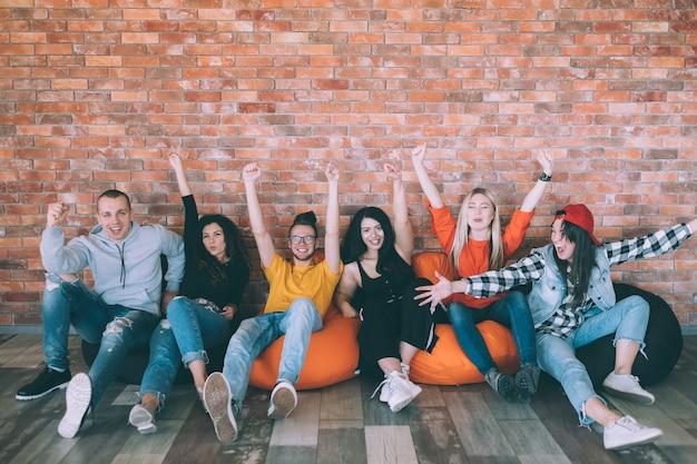 Wolność młodzieży. jedność zespołu. wypoczynek i styl życia. radosne grono przyjaciół lub współpracowników