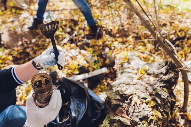 Wolontariusz czyści śmieci w parku