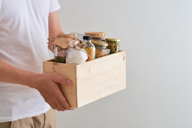 Wolontariusz z pudełkiem jedzenia dla biednych. koncepcja darowizny.