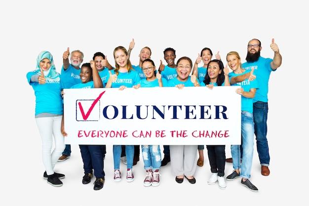 Wolontariusze pomagają w działalności charytatywnej