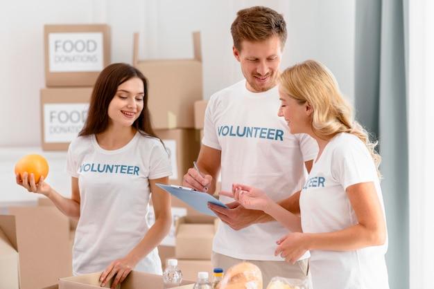 Wolontariusze przygotowujący darowizny żywności na cele charytatywne