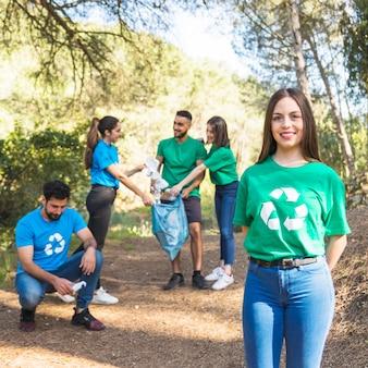 Wolontariusze składane śmieci w plastikowej torbie w lesie