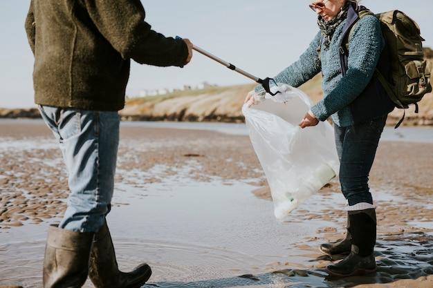 Wolontariusze sprzątający plaże zbierający śmieci do kampanii ekologicznej