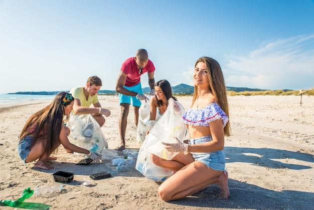 Wolontariusze zbierają plastik na plaży