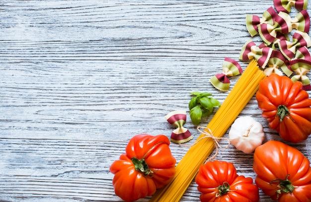 Wołowi kierowi pomidory na nieociosanym drewnianym tle