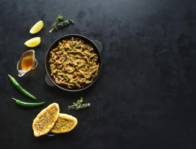 Wołowina curry masala. mięso curry w stylu kerala. widok z góry. skopiuj miejsce.