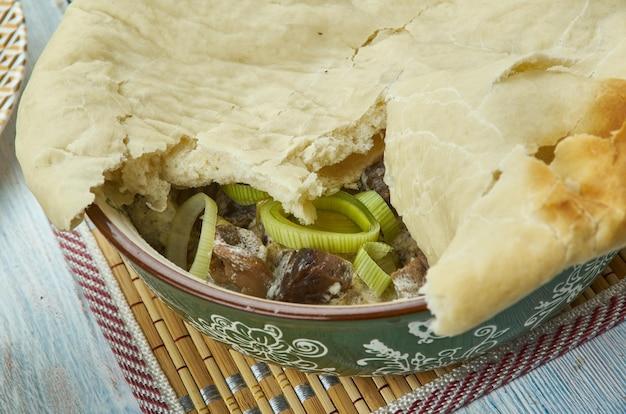 Wołowina, por i ciasto grzybowe, kuchnia walijska, dania kuchni brytyjskiej tradycyjne, widok z góry.