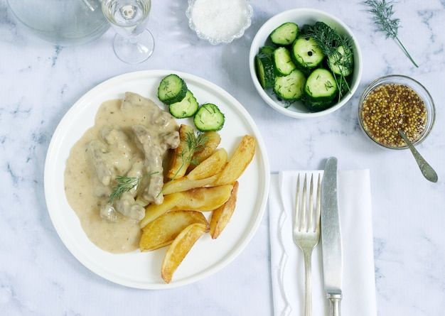 Wołowina stroganoff tradycyjna rosyjska potrawa z wołowiny w sosie
