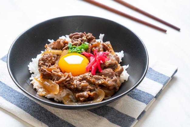 Wołowina w plastrach na ryżowym ryżu (gyuu-don)