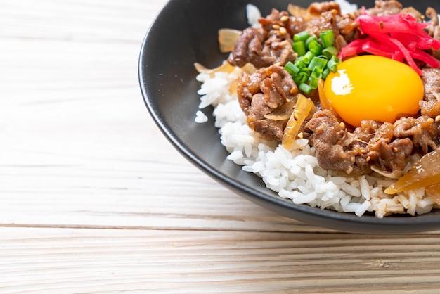 Wołowina w plastrach na ryżu z jajkiem (gyuu-don) - po japońsku