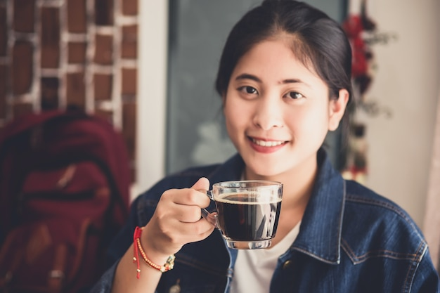 Womand trzyma filiżankę gorącej kawy