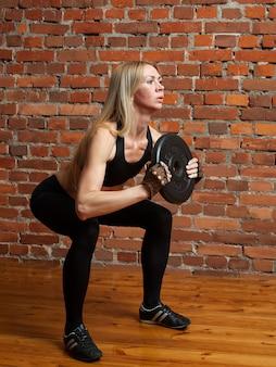 Womanl robi ćwiczenia fitness