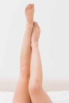 Womans gołe nogi przeciw ścianie