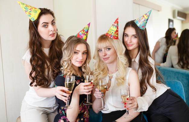 Womans gratuluje przyjacielowi z okazji jego urodzin.