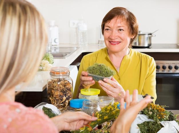 Womans z ziołami leczniczymi