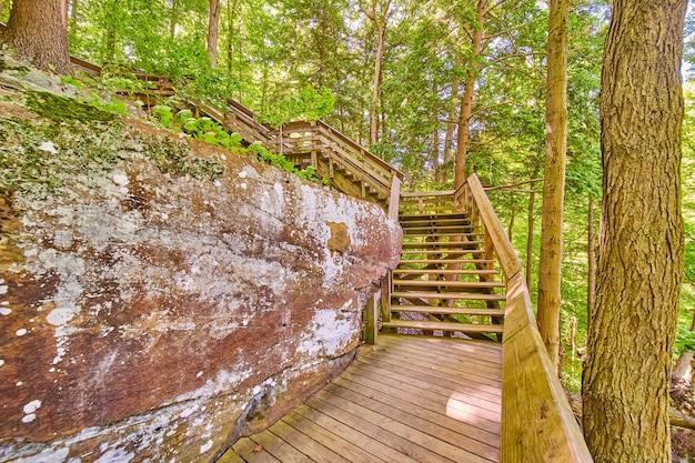 Wood park trail boardwalk przy rock wall