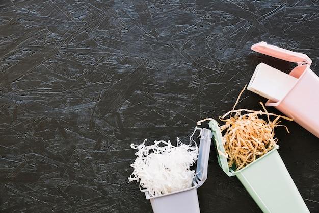 Woodshave I Butelka W Miniaturowym śmietniku Darmowe Zdjęcia