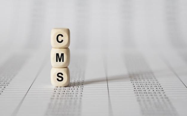 Word cms wykonany z drewnianych klocków