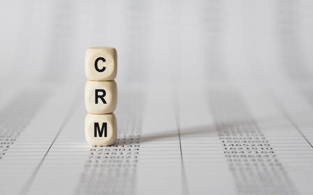 Word crm wykonany z drewnianych klocków