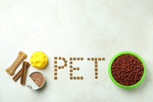 Word pet wykonane z paszy, paszy i kulki zabawki na białym teksturowanej